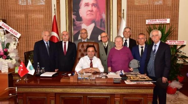 BAŞKAN ŞAHİN TEBRİKLERİ KABUL EDİYOR