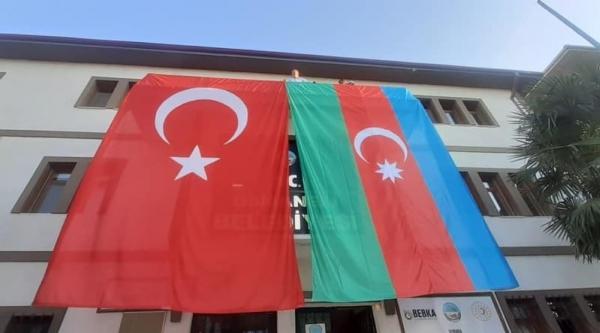 BELEDİYE BİNASINA DEV TÜRK BAYRAĞININ YANINA DEV AZERBAYCAN BAYRAĞI DA ASILDI