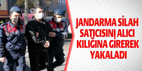 JANDARMA SİLAH SATICISINI ALICI KILIĞINA GİREREK YAKALADI !