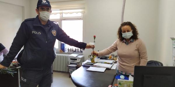 OSMANELİ POLİSİ KADINLAR GÜNÜ DOLAYISIYLA KARANFİL DAĞITTI