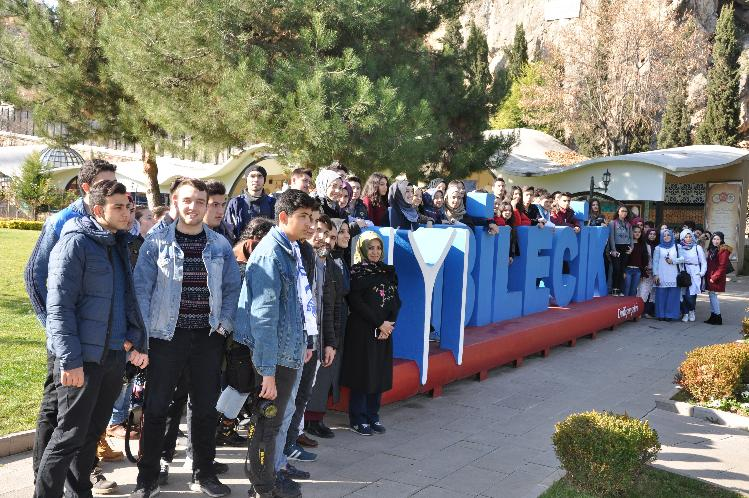 ''DİRİLİŞ GEZİSİ'' KAPSAMINDA YÜZLERCE ÖĞRENCİ BİLECİK'E GELDİ