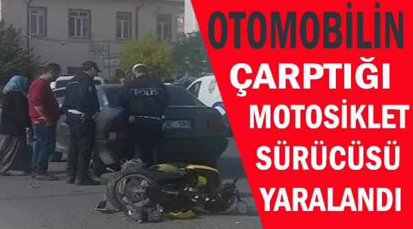 OTOMOBİLİN ÇARPTIĞI MOTOSİKLET SÜRÜCÜSÜ YARALANDI