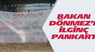 BAKAN DÖNMEZ'E İLGİNÇ PANKART