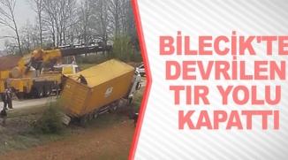 BİLECİK'TE DEVRİLEN TIR YOLU KAPATTI