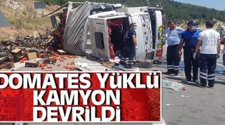 DOMATES YÜKLÜ KAMYONET DEVRİLDİ