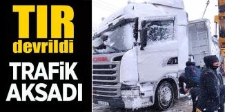 TIR DEVRİLDİ, TRAFİK AKSADI !