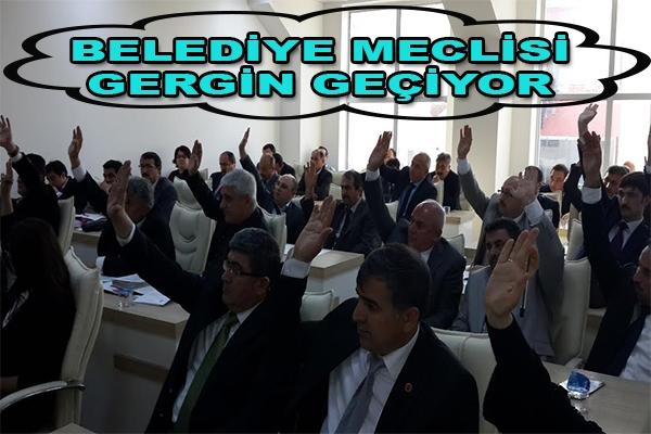 BELEDİYE MECLİSİ GERGİN BAŞLADI